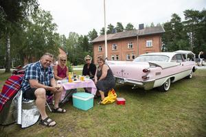 Sandslån fylldes under fredagen av bilar i alla tänkbara former, färger och storlekar. Sollefteåborna Anders Sjöberg, Björn Jensen, Ann-Charlotte Wiberg och Ingrid Sjöberg var en liten del av alla besökare som trivdes trots något grått väder.