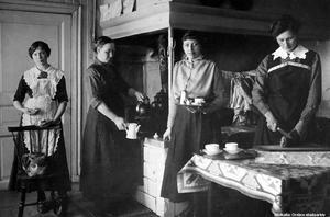 1915 cirka. I köket på Kafé National på Rudbecksgatan 25. Bildkälla: Örebro stadsarkiv/fotograf okänd.