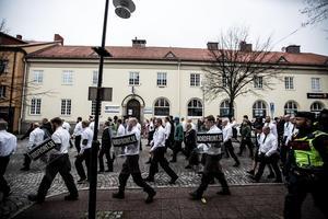 Nordiska motståndsrörelsen meddeade genom radioprogram att de inte tänkte upphöra med användandet av de äldre svenska texterna.