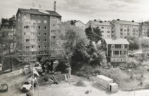 Totalrenovering av Västerås första höghus. Åren har slitit hårt på huset på Skultunavägen 62 och får nya fönster mot bron och en grårosa fasad 1991.  Foto: Per-Ola Holm/VLT:s arkiv