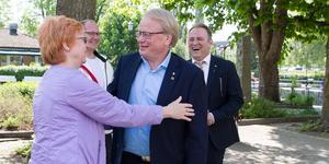 Elizabeth Salomonsson (S), kommunalråd hälsade Peter Hultqvist välkommen till Köping med en kram.