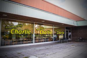 Den 26-åriga romansen mellan Fagerstaborna och restaurang Charlie kan leva vidare, trots den svåra konflikten mellan fastighetsägarens planer och lunchhakets tillvaro.