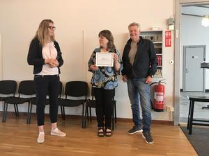 Kretsordförande Rose-Mari Bogg (C) delar ut priset till pastor Helena Fransson och volontären Lars Olsson.