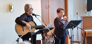 Björn Hedén och Marketta Franssilla sjunger visor för seniorerna i Smedjebacken. Foto: Nils-Olov Olsson.