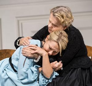 Nora (Helena Bergström) söker tröst hos husfrun (Marie Göranzon). Bild: Sören Vilks