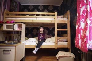 Lilly visar stolt upp sin rum som hon delar med tre syskon.