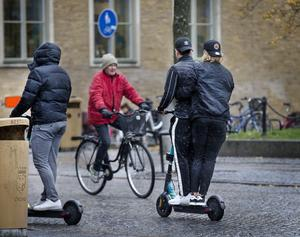 Det är förbjudet att åka två på samma elsparkcykel och man måste vara minst 18 år.