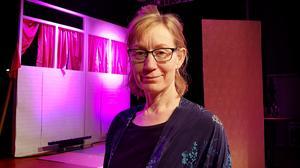 Teaterläraren och regissören Liv Jans leder arbetet med produktionen tillsammans med andra av skolans lärare.