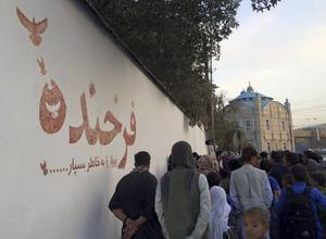Volontärorganisationen Art Lords har målat flera målningar till minne av Farkhunda Malikzada som lynchades i Kabul förra året. Den här målningen, precis vid platsen där hon dödades, är gjord av blod.   Foto: Art Lords/TT