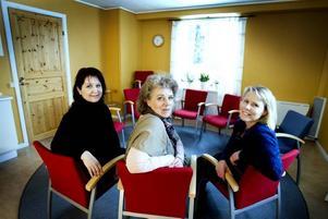"""ALDRIG BARNENS FEL. Eva Westman, Lena Malmström och Karin Backman pratar med och stöttar de barn som                                       kommer till Grinden. """"Det vi gör här är att vi avlastar barnen skuld. Många känner att det är deras fel att föräldrarna dricker"""", säger Karin."""