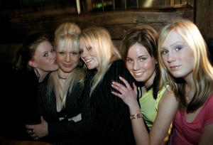 År 2004. Anna Waernulf, Malin Bäckgren, Lina Liljeqvist, Zandra Sjölund och Linda Ahlqvist på Konrad. Foto: Moa Westerdahl