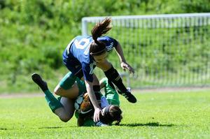 Kovlands Lina Candell i en duell med Östersundsmålvakten Kelsy Devonshire.
