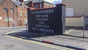 Lojalisterna i Londonderry, till övervägande del protestanter, vill höra ihop med Storbritannien. Att trottoarkanten och lyktstolpen målats i brittiska rött, vitt och blått visar detta tydligt. Foto: Wiktor Nummelin/TT