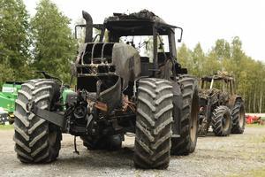 De två traktorerna som stod i verkstaden är helt förstörda och ska skrotas.