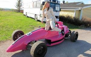 Nu sätter sig Ida Granegärd i sin formulabil för första tävlingen på lördag i Kinnekulle.FOTO: ROLAND ENGVALL