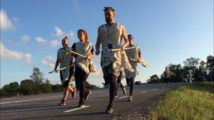 Löpare på asfaltväg när togorna provsprings. Linda Karlsson, Liv Nordgren, Daniel Rudholm-Odysseus, Olle af Klintberg och Maria af Klintberg. Foto: Elin Tisell.