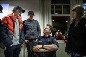 Områdespolis Thomas Nordström i samtal med ungdomar efter mötet.