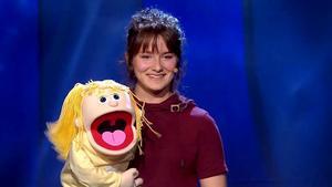 Stephanie och dockan Cecilia blir med i finalen av Talang. Bild: Skärmdump från TV4