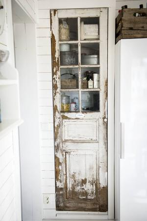 En gammal dörr blev ett skafferi med stor charm.