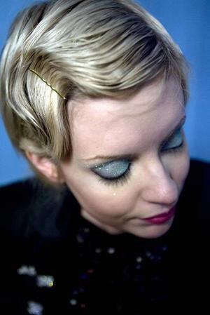 En enkel men väldigt festlig frisyrfår man genom att kamma 30-tals-vågor i håret. Med hjälp av fingrar, hårnålar och spray får man formen att fastna. Fungerar lika bra på långt som kort hår.Genom att kräma på rejält med glitter på ögonlocken blir vem som helst redo för en nyårsfest.
