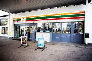 Stängt på grund av rån. Det var det budskap som mötte kunderna vid Shell under torsdagsförmiddagen.