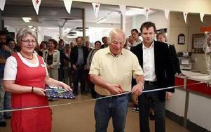 Omsorgsnämndens ordförande Per Jansson, s, fick uppdraget att klippa bandet till Röda Korsets nya lokaler och nya verksamhet i Hedemora. Gunborg Morén och Carl Pether Wirsén från Röda korset sekunderade honom.FOTO: MIKAEL ERIKSSON