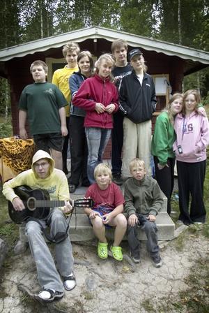 Nyckelöns lägergäng 2007. En del barn och ungdomar var för blyga eller kände inte för att vara med på bild, men som tur är finns det de som vågar och vill ställa sig framför kameran. Foto:Karin Rickardsson