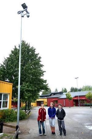MINDRE GLAS. Eleverna Kevin Kandler, Amanda Larsson och Henrik Snellman i årskurs sex vid Vikingaskolan tycker att det är bättre ordning efter att kamerorna på plats.