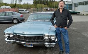 Henrik Söderstad med pärlan. En Cadillac Coupe de Ville, som han renoverat från grunden.