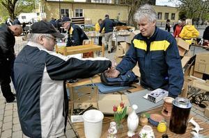 Låstjänst. Martti Hautamäki köpte ett dörrlås av Roger Toftling.