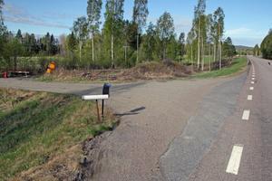 Vägen ned mot paret Mohlins fastighet har spärrats av redan efter avfarten från riksväg 90.