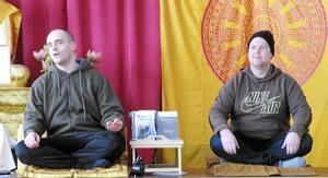 Göran och Björn studerar meditation vid buddhisttemplet i Ulfshyttan och fick rycka in som guider vid SPF Tuna-Säters besök.