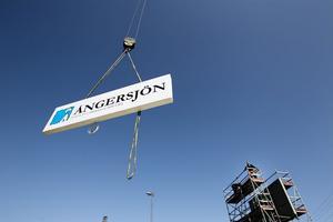 Den nya skylten vid Ångersjöns rastplats hissades snabbt på plats.