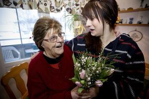 Karin Lundin gav tulpaner och en kram till Maj-Britt Lundin som både är hennes farmor och bästa vän. Maj-Britt var en av flera ångermanlänningar som blev glatt överraskad under tulpanens dag.