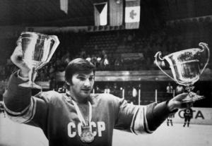 Sovjetunionens Vladislav Tretjak håller stolt upp VM och EM-bucklorna efter att hans Sovjetunionen vunnit båda titlarna vid ishockey-VM i Helsingfors 1982.