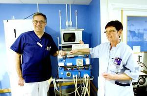 """Veteraner. Överläkare Ulf Wrege och sjuksköterskan Kerstin Eriksson har varit med sedan starten 1979, då Gävle sjukhus fick sin första dialysavdelning. Dialysmottagningen har 22 bäddar där patienterna får sin dialysbehandling tre eller fyra gånger i veckan. """"Man lär känna patienterna och ofta blir man goda vänner."""""""