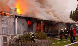 Branden verkar ha startat på vinden. Hela lägenheten till vänster i byggnaden står nu i brand.