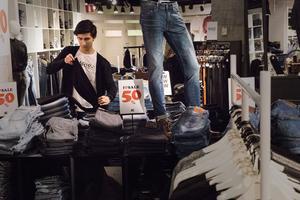 Kunderna på JC har varit köpglada under rean säger Halil Bal. Han har därför fått ägna en större del än vanligt av sin arbetstid på att vika kläder i butiken.