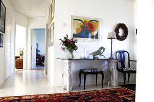Ljuset flödar i huset som även har många färgklickar. Stolen och pallen har stått i Louise stall tidigare. Åsa målade och klädde om dem med nytt tyg.