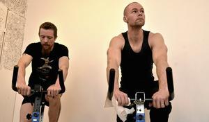 Värksamma. Jens Andersson och Daniel Johansson trampade in pengar till Barncancerfonden på träningscentret Värket i Bångbro.