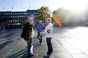 """TORGDEBATT. Socialdemokraten Helena Gille passade på att dyka på Mikael Dornbusch Lind från Sundsvall och Robert Edvardsson som båda besöker Gävle under helgen för att dansa i maran på Parken. """"Vad tycker ni om Gävle då?"""" undrar Helena ivrigt när makten i Gävle (S,V,MP) bjöd in till möte på Stortorget i går."""