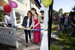 hedersuppdrag. Améline Estassy, 18, och barn- och ungdomsnämndens ordförande Åsa Wiklund Lång klippte bandet när korttidsboendet Junibacken nyinvigdes efter renovering.