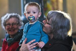 En av de många besökarna i Mo kyrka som njöt av konserten var Pontus Mårtensson 15 månader, tillsammans med farmor Inga-Lill Mårtensson och hennes kompis Birgitta Andersson.