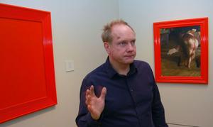 Peter Johansson har bland annat hängt upp sina Zornkopierade verk bredvid Zorns, men målat över sina motiv med rödfärg och på etiketten till varje tavla skrivet tillägget