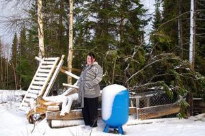 Sofia Holmberg och hennes förstörda hundgård på Storön mellan Jorm och Gäddede. Hon är glad att ingen av hundarna var ute när stormen raserade hundgården.