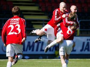 Daniel Berggren har just gjort 2–2. Per Lindestig och Kent Öberg tar emot.