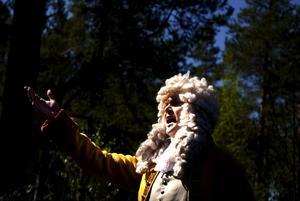 Ordning! Carl von Linné läxade upp Siljansnäsarna för att de inte bugade ordentligt för honom.