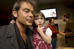 Petter Karlssons dotter Molly vill hellre åka på semester till Hudiksvall, än Sydafrika.