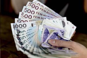 Januarilönen måste räcka både till att betala skulden på snabblånen och de vanliga utgifterna.