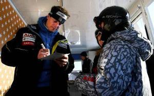 Fredrik Nyberg tar sig alltid tid för fansen och skriver autografer.